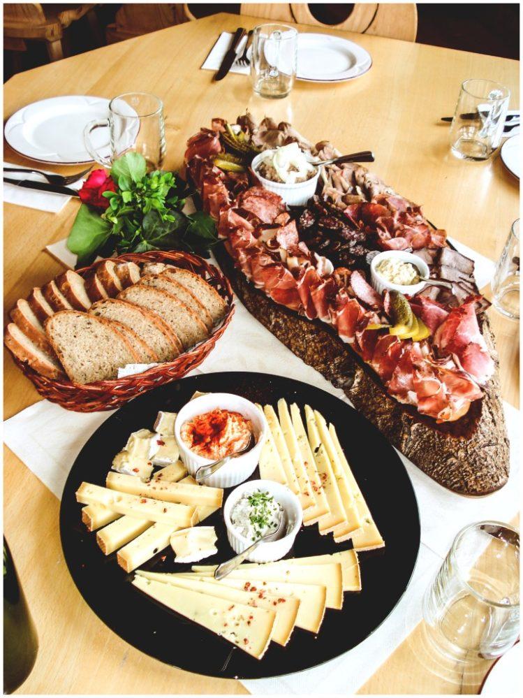 beim Mostbauern in Tirol gibt`s eine deftige Jause mit Speck, Käse und Bauernbrot