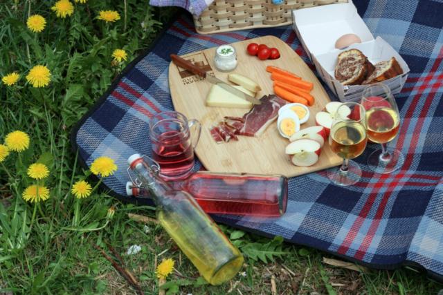 Picknicken im Obst- und Weingarten